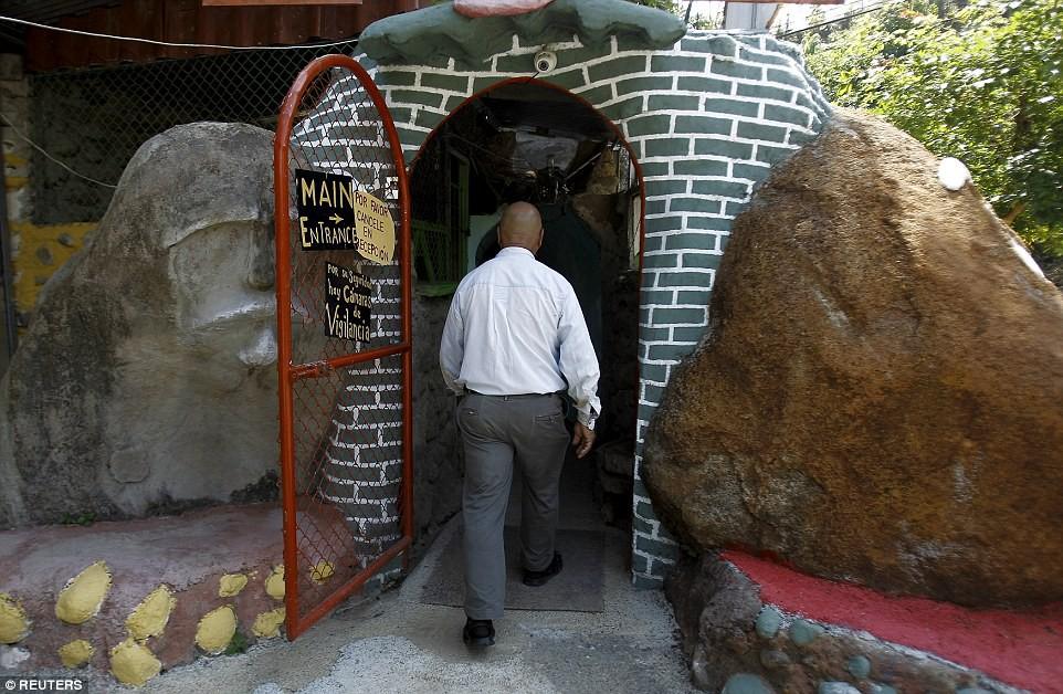 Người đàn ông chán thành phố bỏ về quê đào hang làm nhà, ai cũng chê cười để rồi kinh ngạc khi chui vào cái hang đó - Ảnh 1.
