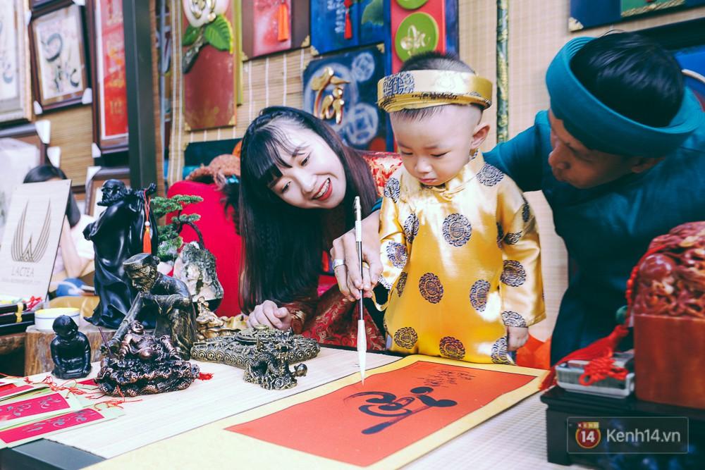 Nhiều người kiếm tiền triệu mỗi ngày nhờ cho thuê áo dài Tết chụp hình tại phố ông đồ Sài Gòn - Ảnh 11.