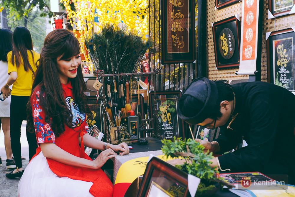 Nhiều người kiếm tiền triệu mỗi ngày nhờ cho thuê áo dài Tết chụp hình tại phố ông đồ Sài Gòn - Ảnh 4.