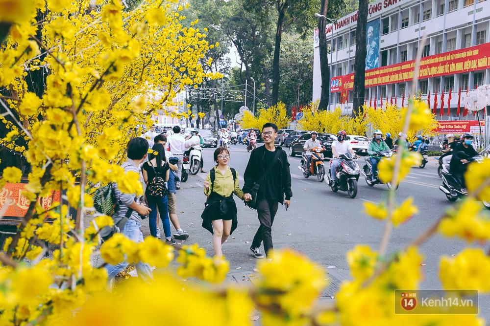 Nhiều người kiếm tiền triệu mỗi ngày nhờ cho thuê áo dài Tết chụp hình tại phố ông đồ Sài Gòn - Ảnh 2.