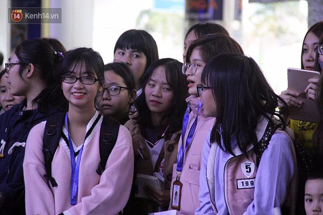 Người dân mang cờ hoa, lái xe tải đến sân bay Đà Nẵng chờ hàng giờ để đón các tuyển thủ U23 Việt Nam - Ảnh 3.