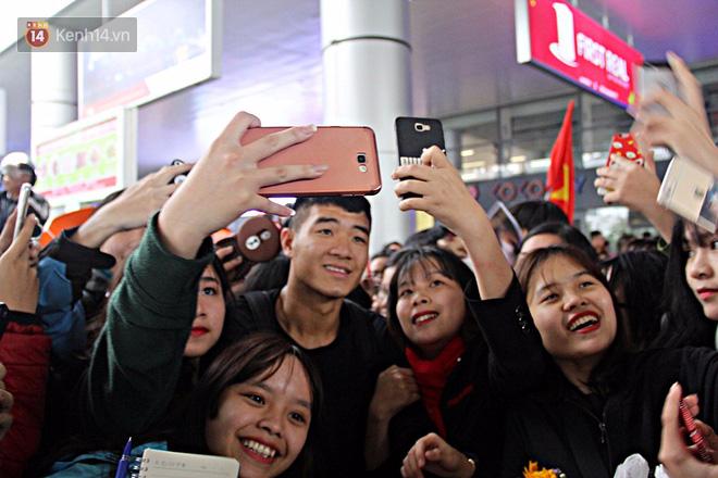 Người dân mang cờ hoa, lái xe tải đến sân bay Đà Nẵng chờ hàng giờ để đón các tuyển thủ U23 Việt Nam - Ảnh 11.