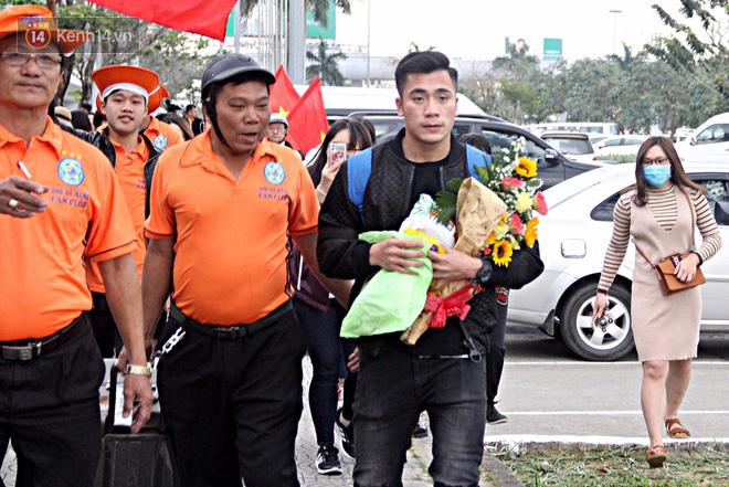 Người dân mang cờ hoa, lái xe tải đến sân bay Đà Nẵng chờ hàng giờ để đón các tuyển thủ U23 Việt Nam - Ảnh 15.