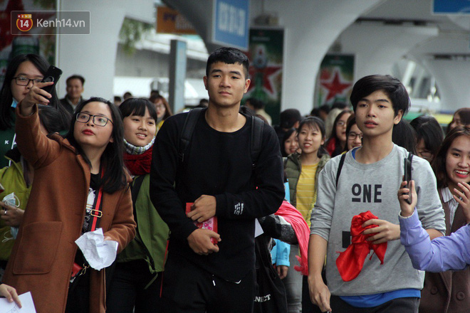 Người dân mang cờ hoa, lái xe tải đến sân bay Đà Nẵng chờ hàng giờ để đón các tuyển thủ U23 Việt Nam - Ảnh 10.