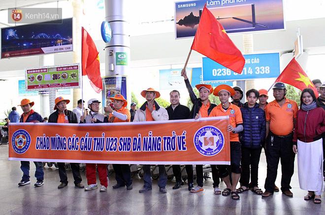 Người dân mang cờ hoa, lái xe tải đến sân bay Đà Nẵng chờ hàng giờ để đón các tuyển thủ U23 Việt Nam - Ảnh 6.