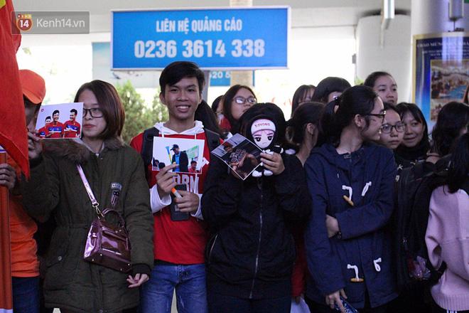 Người dân mang cờ hoa, lái xe tải đến sân bay Đà Nẵng chờ hàng giờ để đón các tuyển thủ U23 Việt Nam - Ảnh 4.