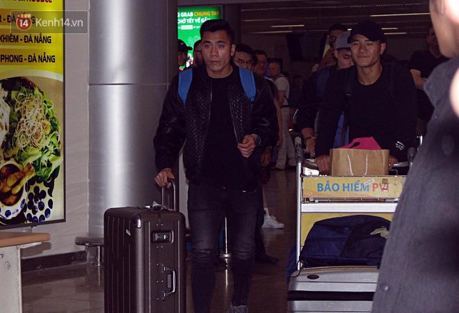 Người dân mang cờ hoa, lái xe tải đến sân bay Đà Nẵng chờ hàng giờ để đón các tuyển thủ U23 Việt Nam - Ảnh 8.