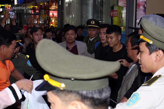 Người dân mang cờ hoa, lái xe tải đến sân bay Đà Nẵng chờ hàng giờ để đón các tuyển thủ U23 Việt Nam - Ảnh 13.