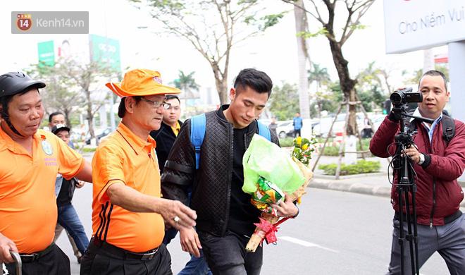 Người dân mang cờ hoa, lái xe tải đến sân bay Đà Nẵng chờ hàng giờ để đón các tuyển thủ U23 Việt Nam - Ảnh 16.
