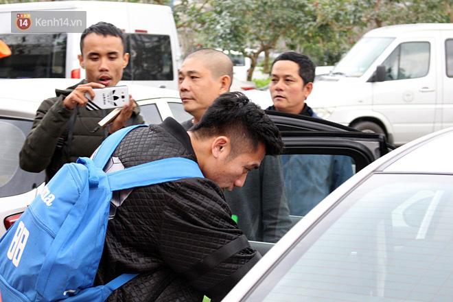 Người dân mang cờ hoa, lái xe tải đến sân bay Đà Nẵng chờ hàng giờ để đón các tuyển thủ U23 Việt Nam - Ảnh 17.