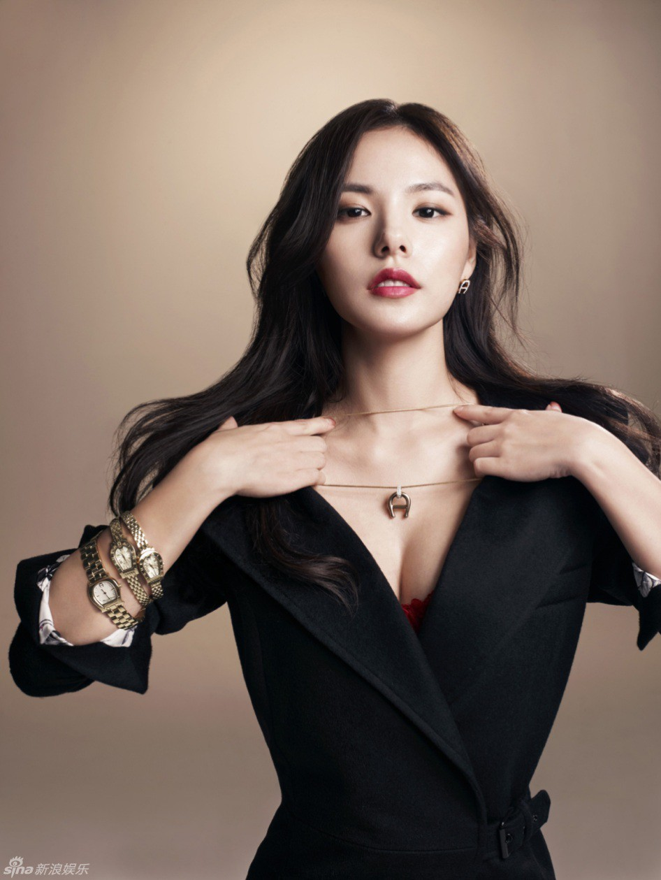 min-hyo-rin-vogue-aigner-watches-1-15178196403002046033887.jpg