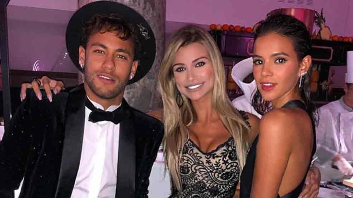 Thủ thành điển trai ôm hôn siêu mẫu Victorias Secret giữa tiệc sinh nhật của Neymar - Ảnh 5.