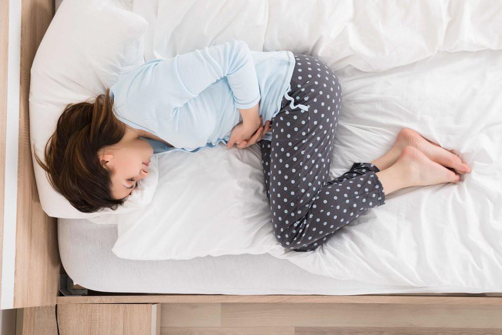 Thấy cơn đau bụng đi kèm cùng các triệu chứng này thì cần đi khám ngay - Ảnh 1.
