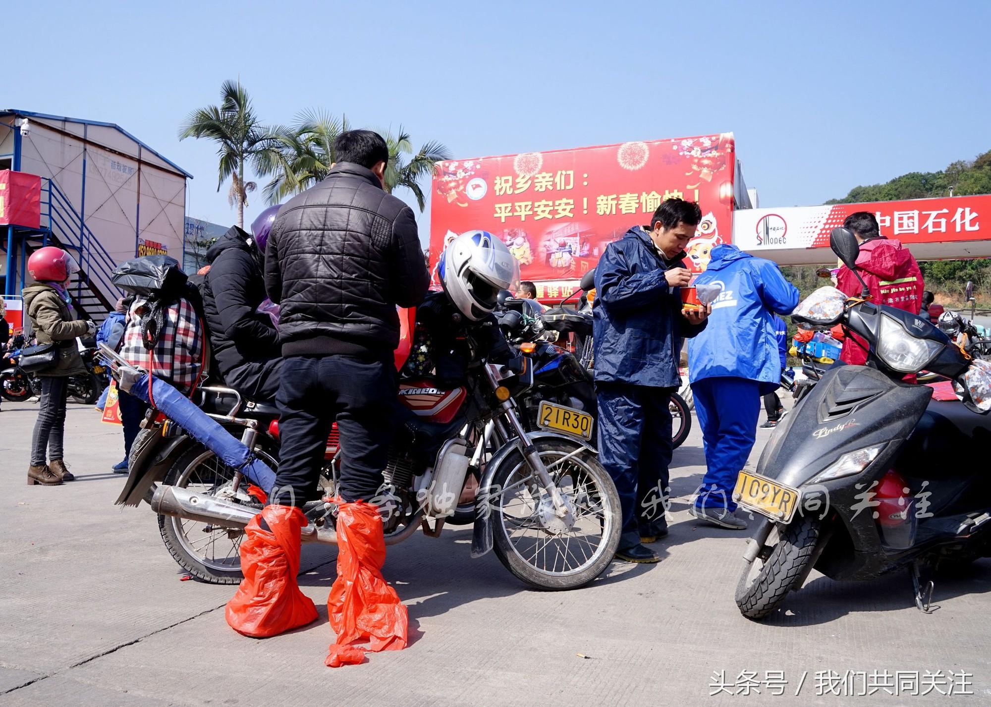 Ngán ngẩm cảnh đông đúc tại nhà xe bến tàu, hàng chục nghìn người Trung Quốc phượt trăm km về quê ăn Tết - Ảnh 8.