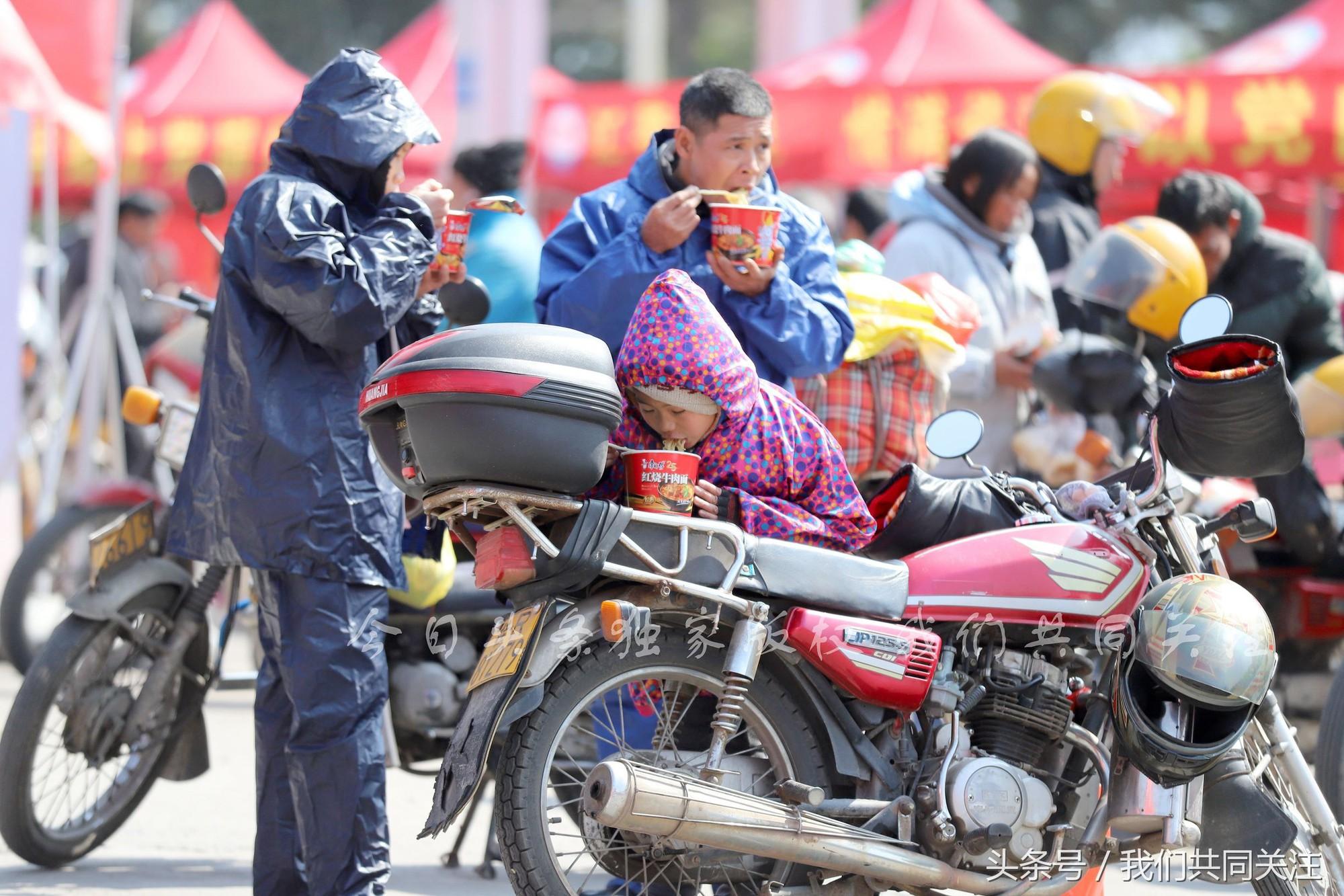 Ngán ngẩm cảnh đông đúc tại nhà xe bến tàu, hàng chục nghìn người Trung Quốc phượt trăm km về quê ăn Tết - Ảnh 12.