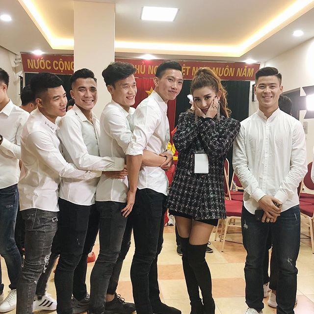 Đứng bên cạnh người đẹp nhưng dàn cầu thủ U23 Việt Nam lại ôm nhau, để mặc Huyền My một mình e ấp! - Ảnh 1.