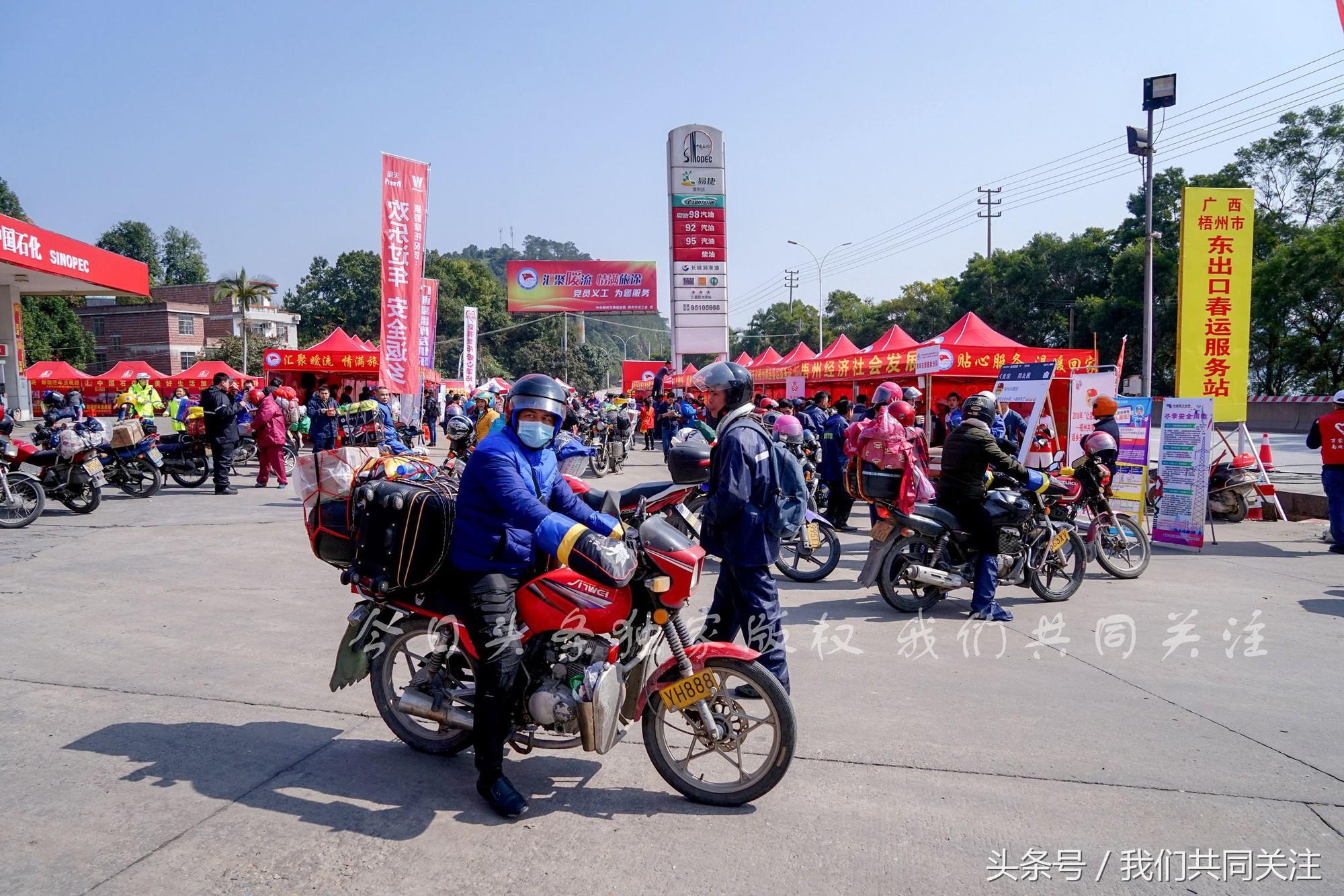Ngán ngẩm cảnh đông đúc tại nhà xe bến tàu, hàng chục nghìn người Trung Quốc phượt trăm km về quê ăn Tết - Ảnh 3.