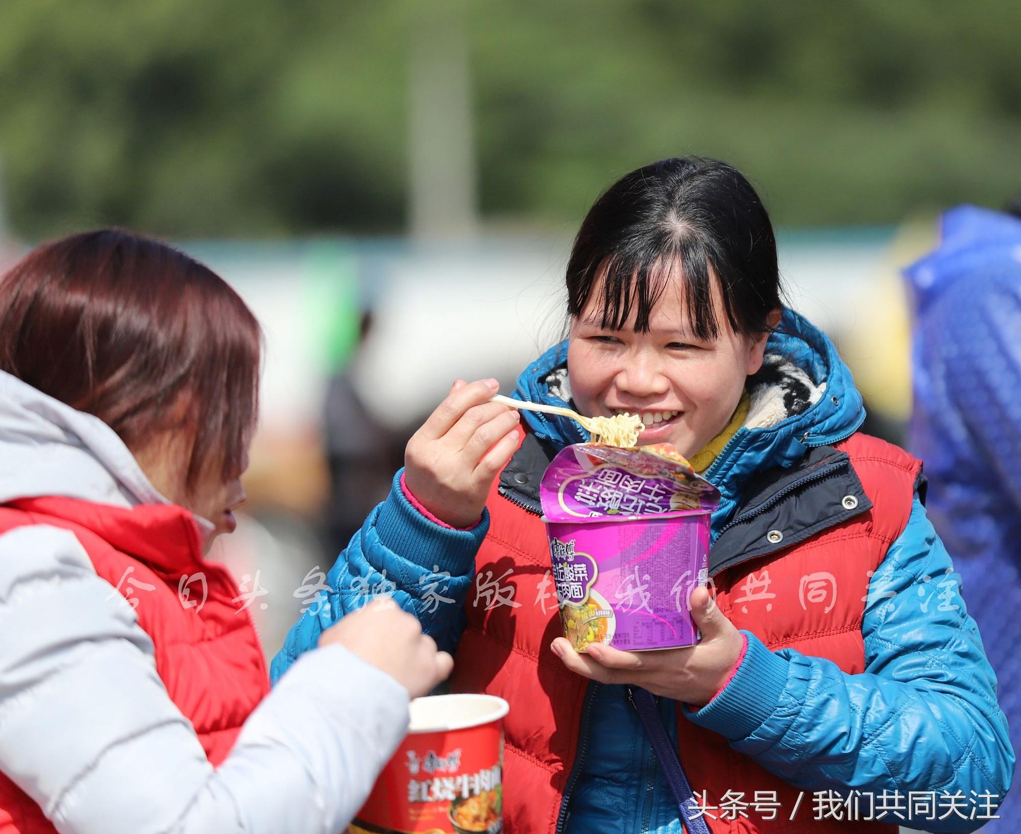 Ngán ngẩm cảnh đông đúc tại nhà xe bến tàu, hàng chục nghìn người Trung Quốc phượt trăm km về quê ăn Tết - Ảnh 11.