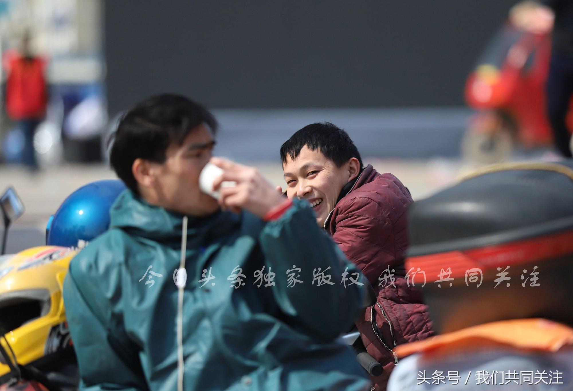 Ngán ngẩm cảnh đông đúc tại nhà xe bến tàu, hàng chục nghìn người Trung Quốc phượt trăm km về quê ăn Tết - Ảnh 9.
