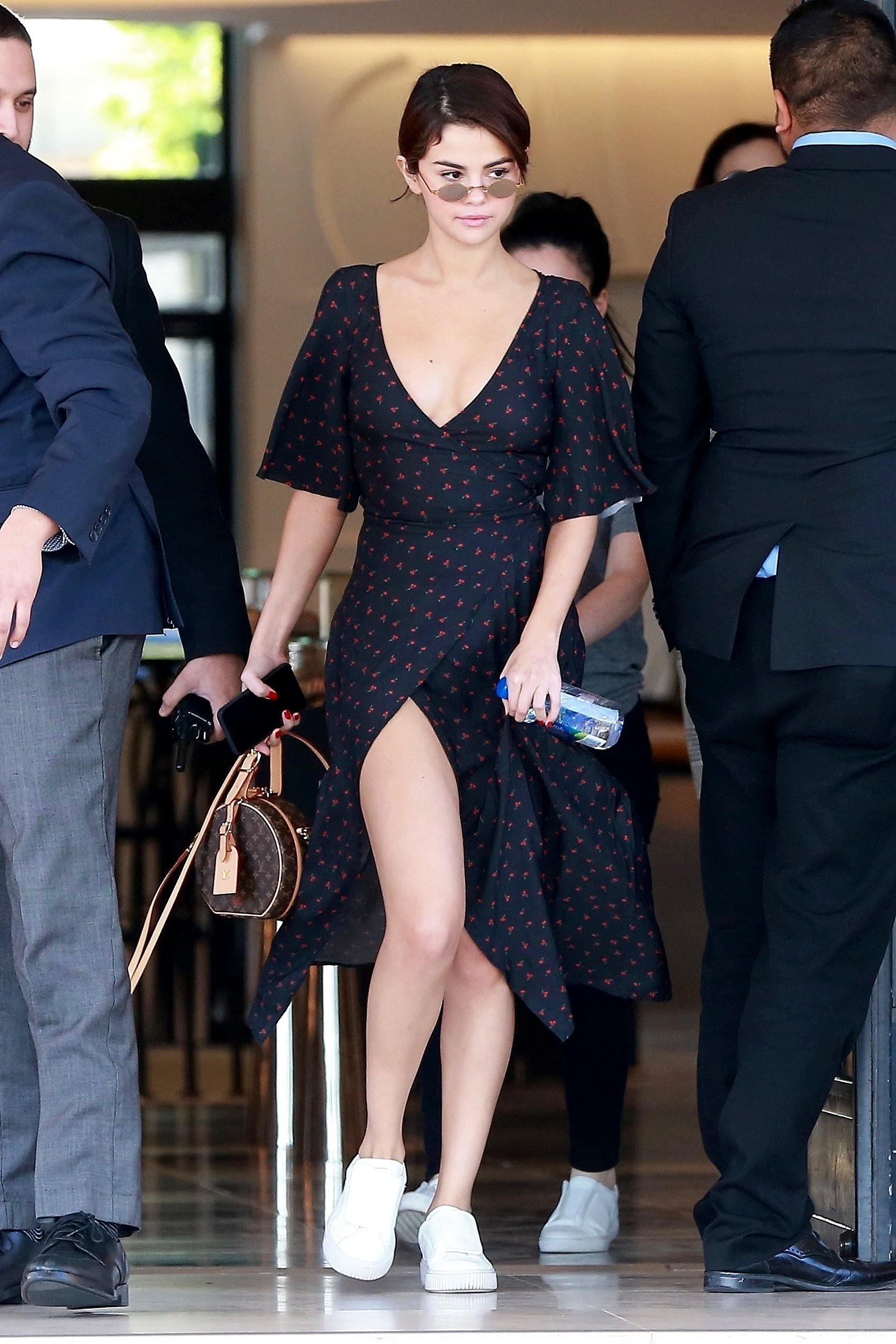 Đâu chỉ Selena Gomez, cả loạt tín đồ thời trang thế giới cũng đang mê đắm mẫu túi đắt đỏ này - Ảnh 3.