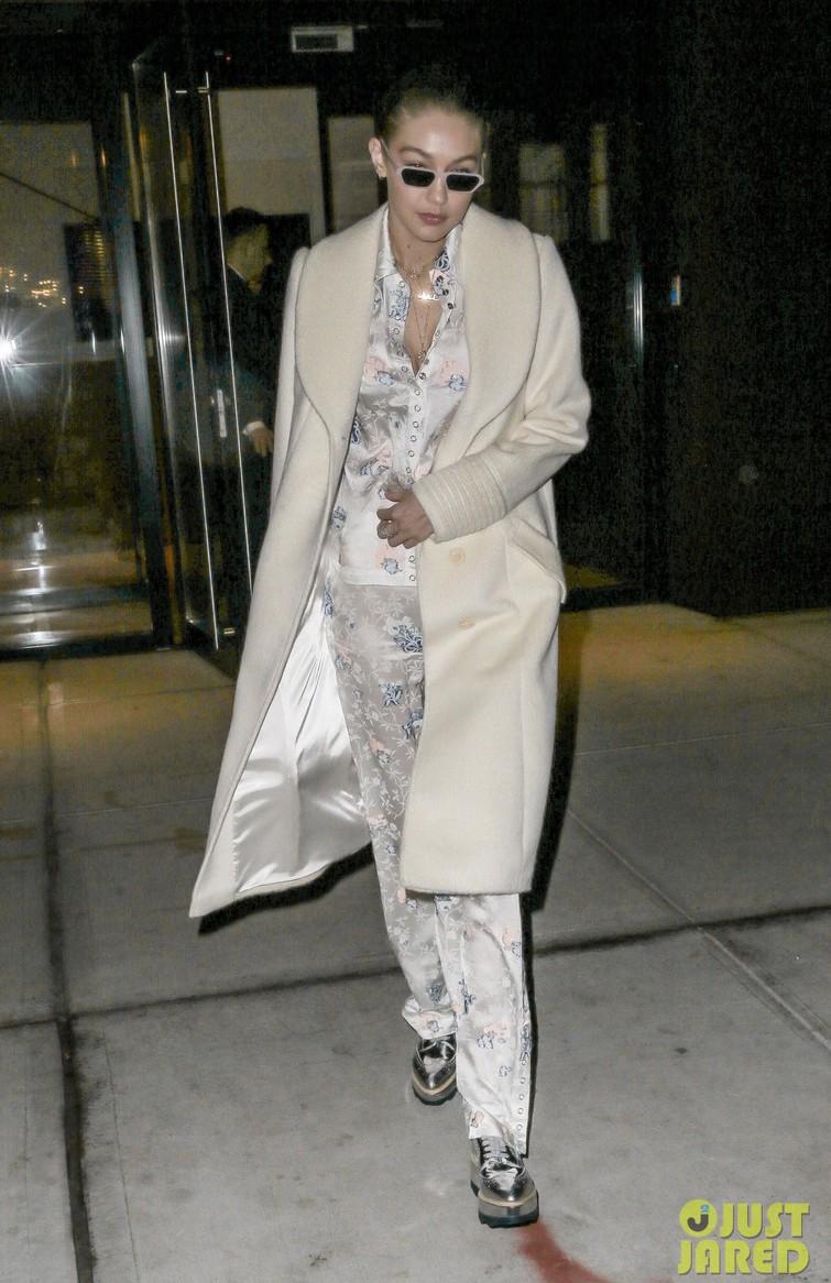 Phải công nhận, Hà Hồ lên đồ street style chuẩn không kém sao ngoại như Selena, Park Shin Hye... - Ảnh 18.