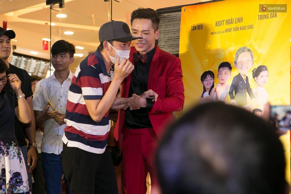 Hoài Linh đeo khẩu trang, ăn mặc đơn giản bất ngờ tại sự kiện công chiếu phim Tết - Ảnh 1.
