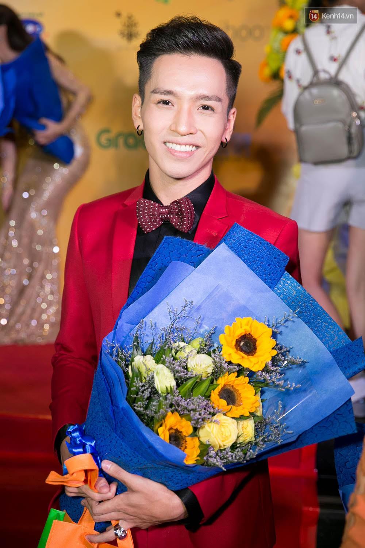 Hoài Linh đeo khẩu trang, ăn mặc đơn giản bất ngờ tại sự kiện công chiếu phim Tết - Ảnh 2.