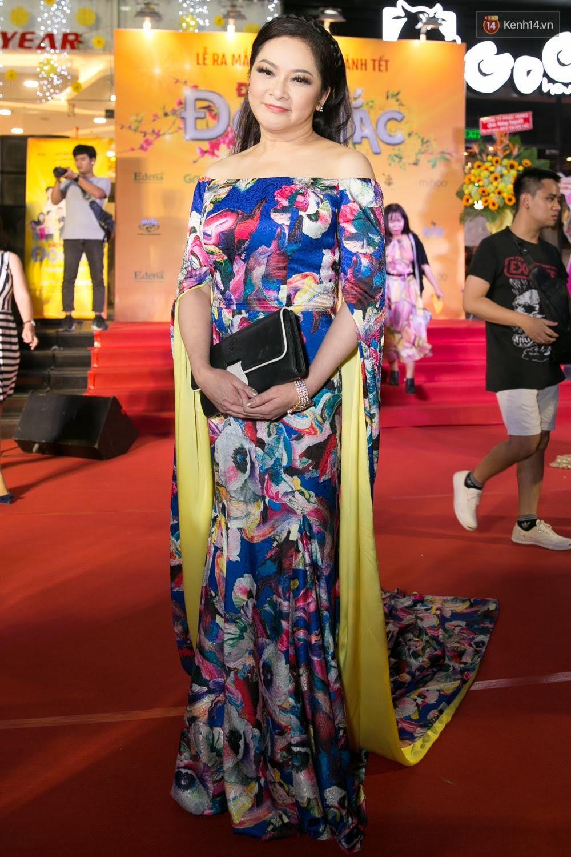 Hoài Linh đeo khẩu trang, ăn mặc đơn giản bất ngờ tại sự kiện công chiếu phim Tết - Ảnh 3.
