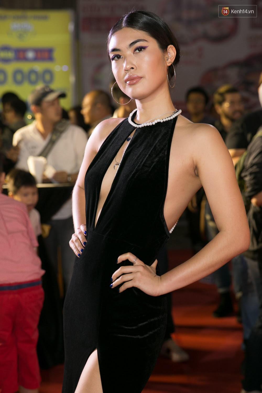 Hoài Linh đeo khẩu trang, ăn mặc đơn giản bất ngờ tại sự kiện công chiếu phim Tết - Ảnh 4.