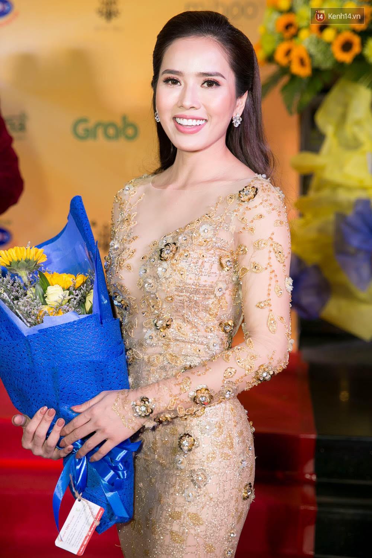 Hoài Linh đeo khẩu trang, ăn mặc đơn giản bất ngờ tại sự kiện công chiếu phim Tết - Ảnh 8.