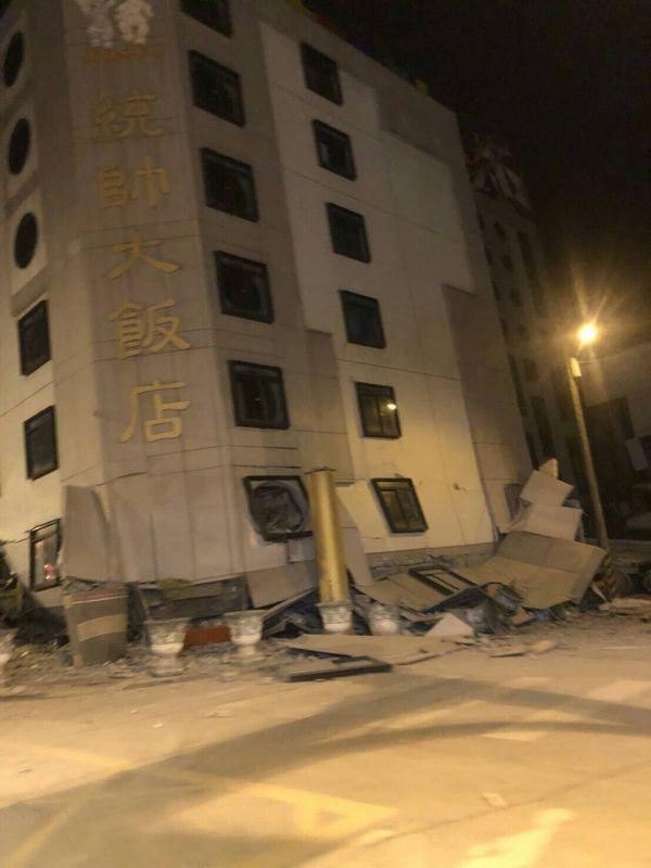 Đài Loan: Động đất mạnh 6 độ richter gây đổ sập nhiều toà nhà, hư hỏng đường sá - Ảnh 1.
