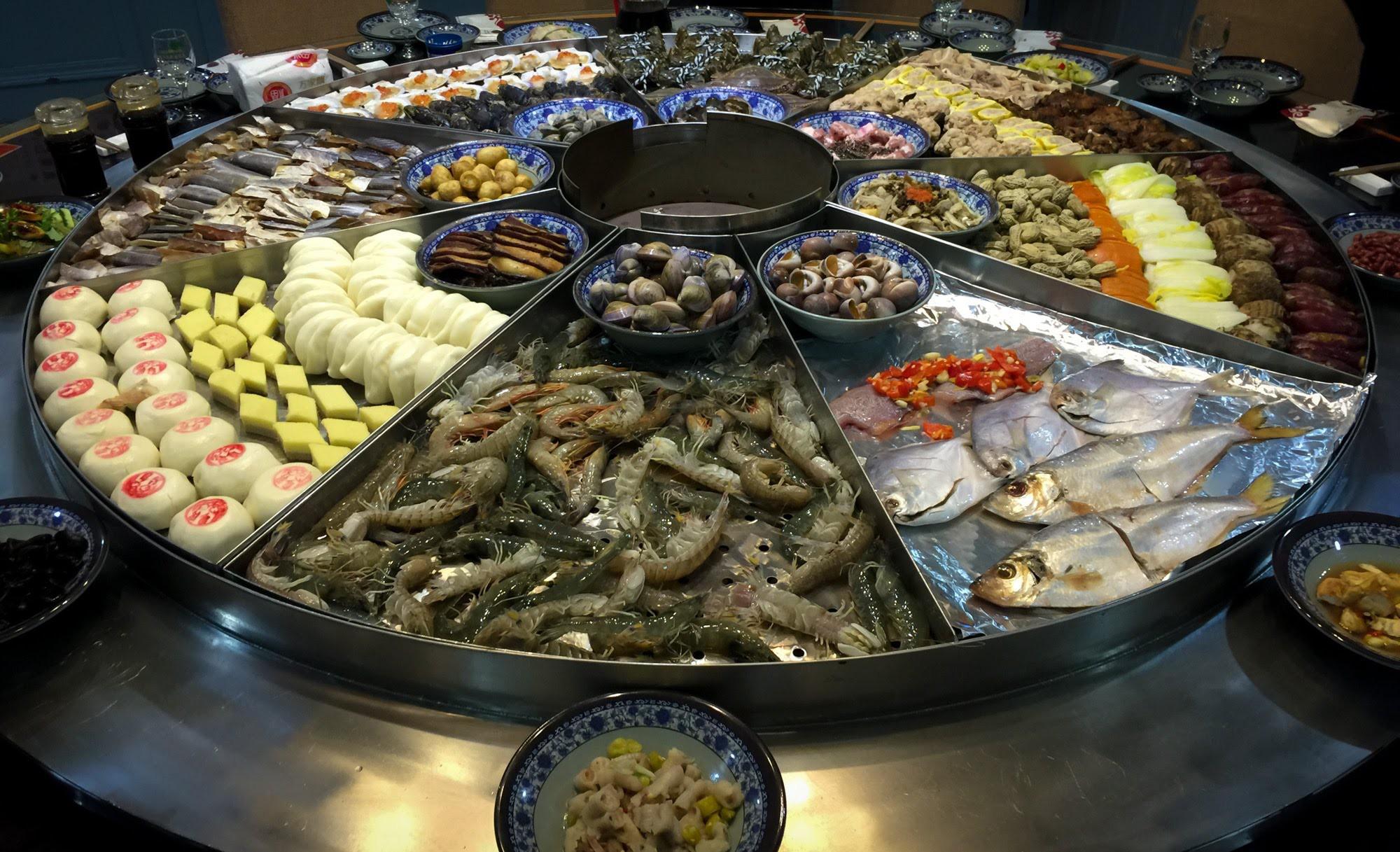 Nồi hải sản ở Ninh Ba (Trung Quốc) to ngoài sức tưởng tượng nhưng giá lại rẻ bất ngờ - Ảnh 1.