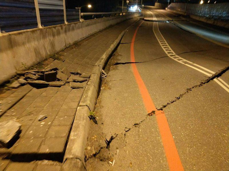 Đài Loan: Động đất mạnh 6 độ richter gây đổ sập nhiều toà nhà, hư hỏng đường sá - Ảnh 3.