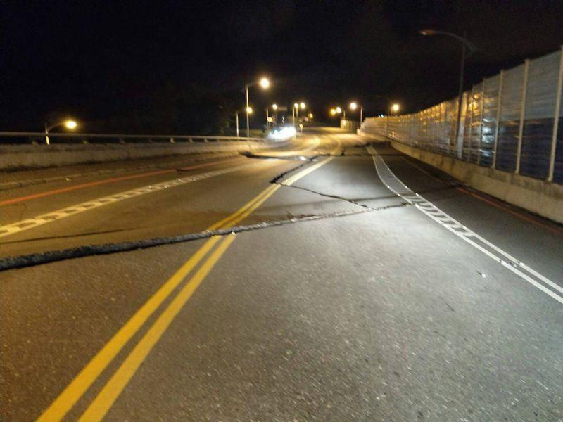 Đài Loan: Động đất mạnh 6 độ richter gây đổ sập nhiều toà nhà, hư hỏng đường sá - Ảnh 4.