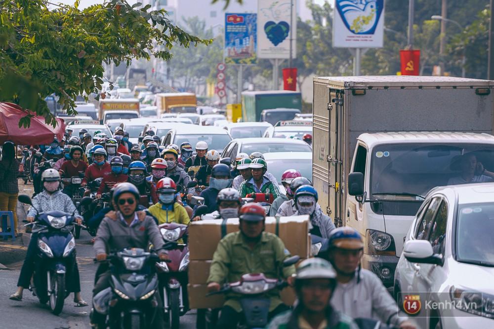 Người Sài Gòn mệt mỏi vì kẹt xe khắp mọi ngả đường những ngày cận Tết - Ảnh 4.