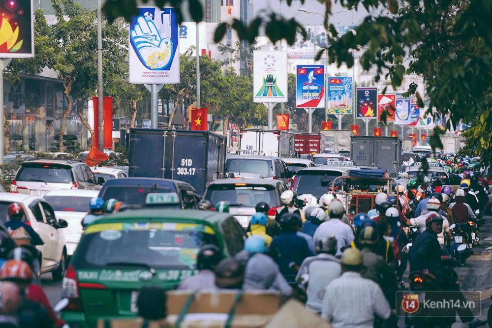 Người Sài Gòn mệt mỏi vì kẹt xe khắp mọi ngả đường những ngày cận Tết - Ảnh 3.