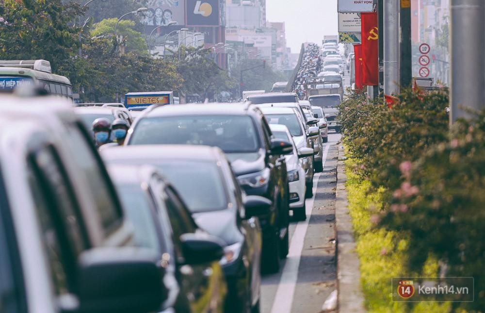Người Sài Gòn mệt mỏi vì kẹt xe khắp mọi ngả đường những ngày cận Tết - Ảnh 1.