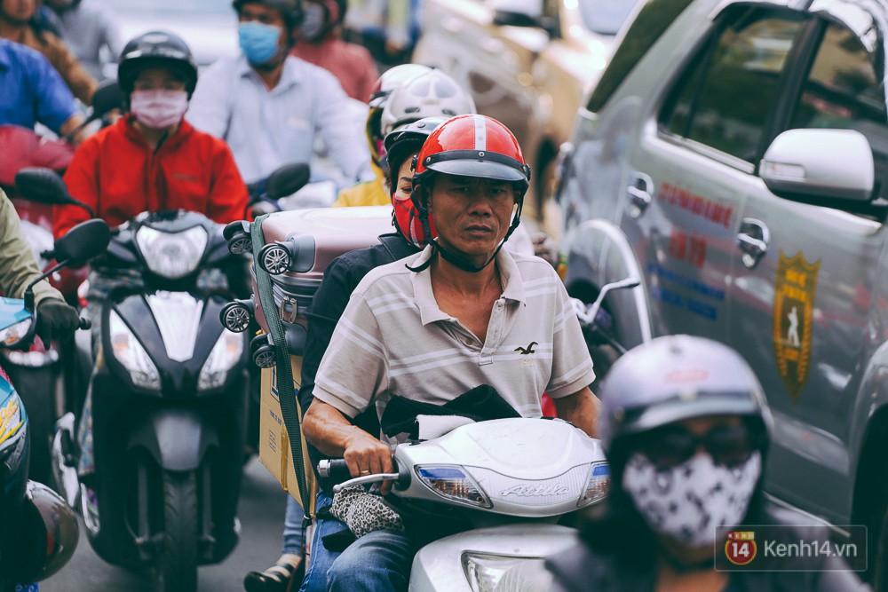 Người Sài Gòn mệt mỏi vì kẹt xe khắp mọi ngả đường những ngày cận Tết - Ảnh 7.