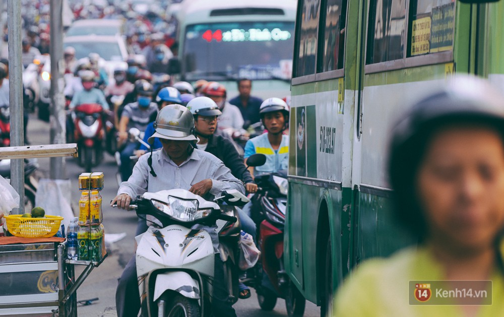 Người Sài Gòn mệt mỏi vì kẹt xe khắp mọi ngả đường những ngày cận Tết - Ảnh 10.