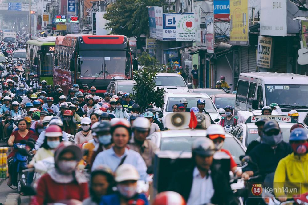 Người Sài Gòn mệt mỏi vì kẹt xe khắp mọi ngả đường những ngày cận Tết - Ảnh 9.