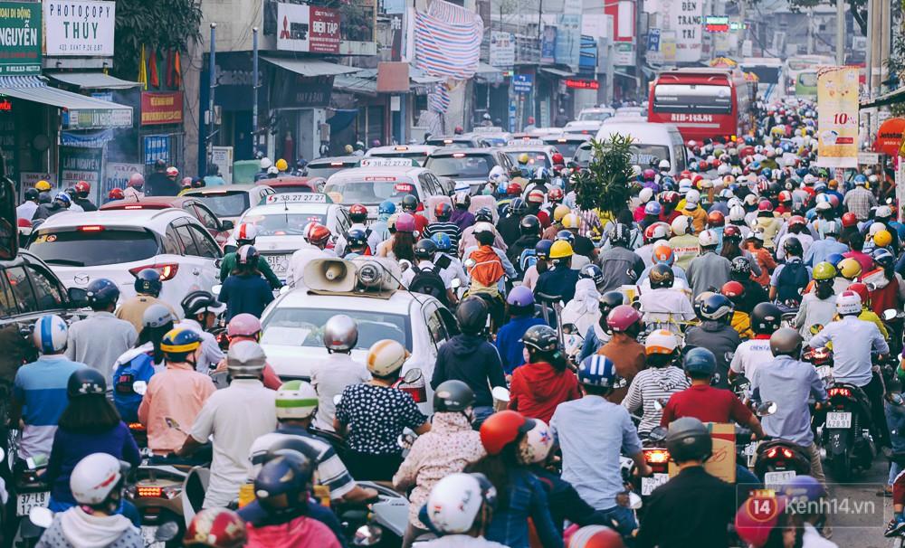 Người Sài Gòn mệt mỏi vì kẹt xe khắp mọi ngả đường những ngày cận Tết - Ảnh 2.