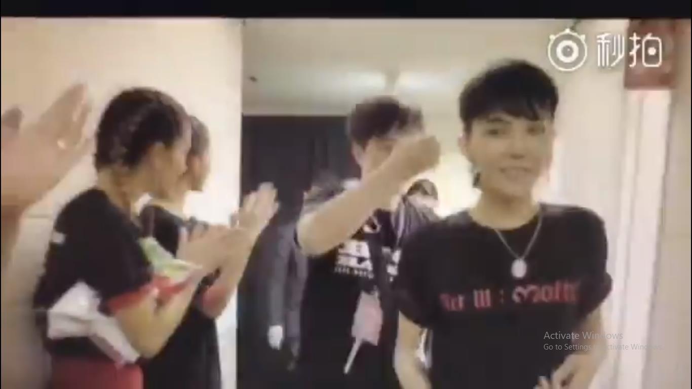 Clip G-Dragon gầy như bộ xương di động, tiều tụy sắp ngất trong hậu trường show khiến công chúng phải suy ngẫm - Ảnh 2.