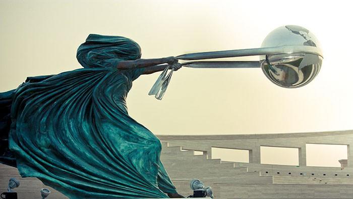 16 công trình điêu khắc ảo diệu khiến bạn tưởng lực hấp dẫn không còn tồn tại - Ảnh 1.