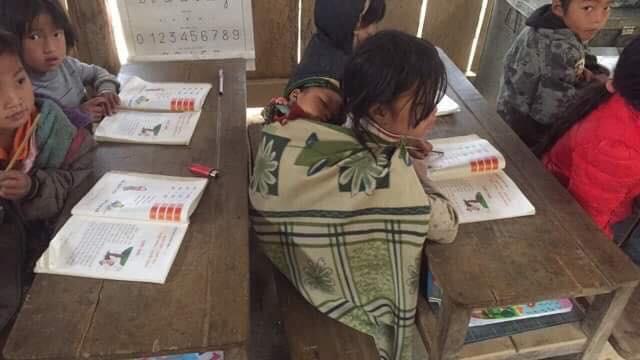 Clip: Nhói lòng bữa trưa chỉ có cơm trắng đựng trong túi bóng giữa ngày lạnh giá của các em học sinh Điện Biên - Ảnh 7.