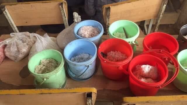Clip: Nhói lòng bữa trưa chỉ có cơm trắng đựng trong túi bóng giữa ngày lạnh giá của các em học sinh Điện Biên - Ảnh 5.