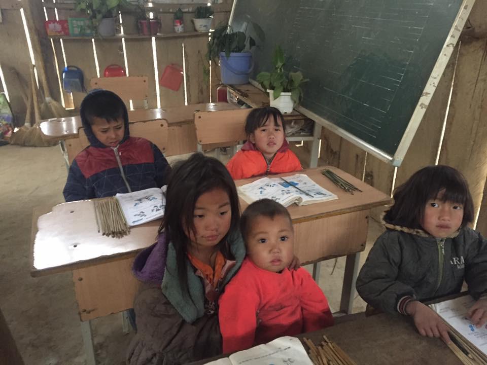 Clip: Nhói lòng bữa trưa chỉ có cơm trắng đựng trong túi bóng giữa ngày lạnh giá của các em học sinh Điện Biên - Ảnh 2.