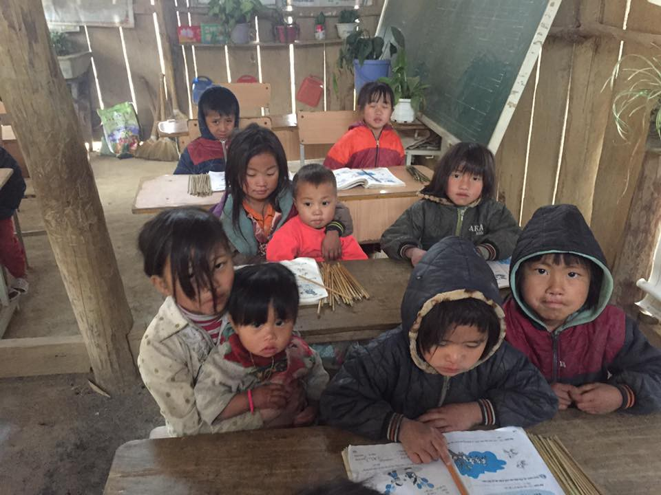 Clip: Nhói lòng bữa trưa chỉ có cơm trắng đựng trong túi bóng giữa ngày lạnh giá của các em học sinh Điện Biên - Ảnh 3.