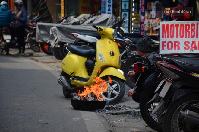 Giật mình thon thót với những cảnh đốt vàng mã ngay xe máy, trụ điện của người dân Thủ đô 11