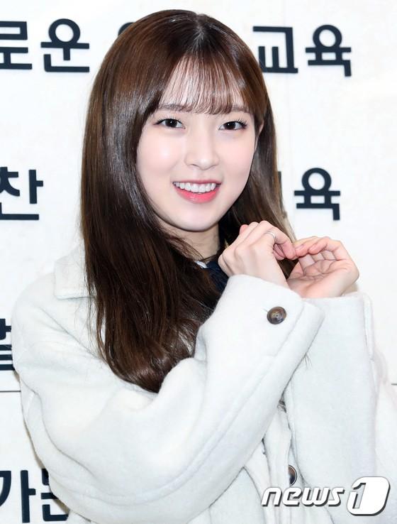 Loạt idol Kpop tốt nghiệp hôm nay: Kim Yoo Jung đẹp đến đẳng cấp nữ thần, Wanna One và NCT đọ vẻ điển trai - Ảnh 19.