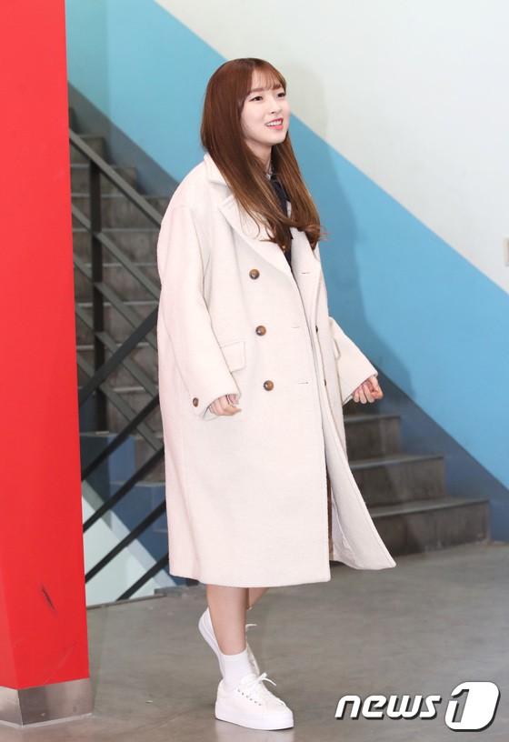 Loạt idol Kpop tốt nghiệp hôm nay: Kim Yoo Jung đẹp đến đẳng cấp nữ thần, Wanna One và NCT đọ vẻ điển trai - Ảnh 18.